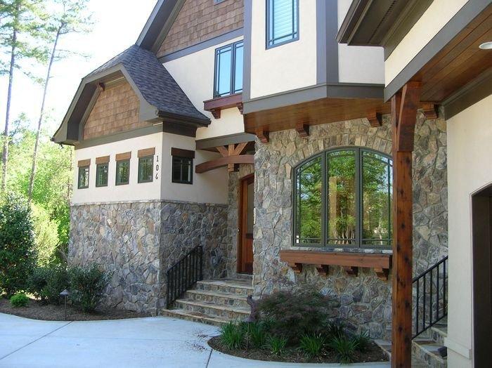 Фасад дома отделанный природным камнем