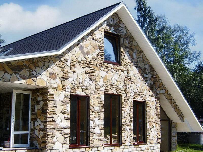 Отделанный искусственным камнем фасад дома