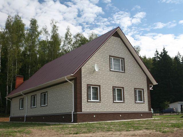 Дом, обшитый цокольным сайдингом