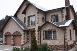 Дом, отделанный искусственным камнем
