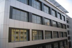Здание, отделанное керамогранитной плиткой